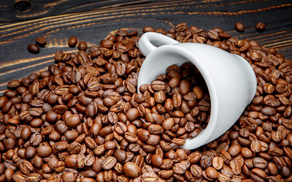Coffee-beans-white-cup_3840x2160